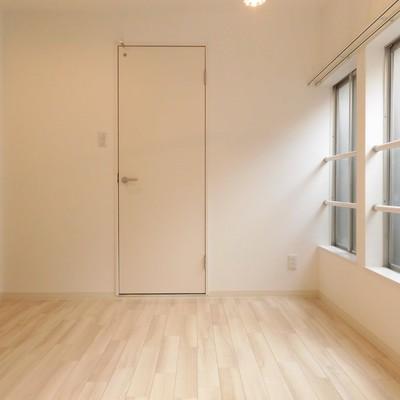 玄関側の洋室スペースです