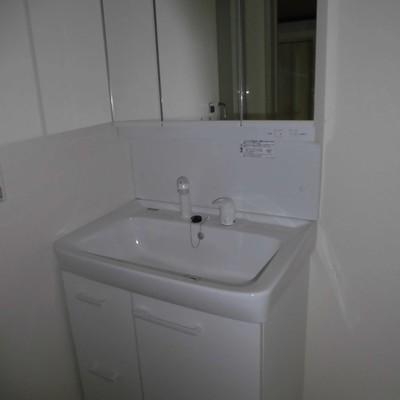 独立洗面台もしっかりしてます*フラッシュ撮影です