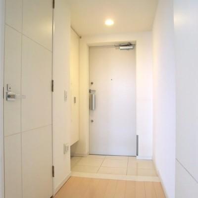 廊下もこんなに幅広い。タイル張りの玄関が好き。