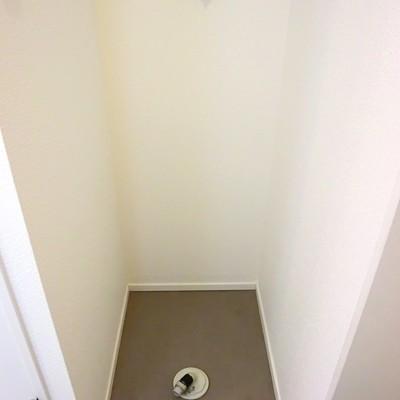 玄関右すぐに洗濯機置き場