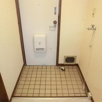 玄関はタイルです。ここに洗濯機を置きます。