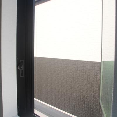 横の窓から ※写真は別のお部屋です