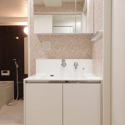 洗面台。壁のタイル柄がオシャレですね