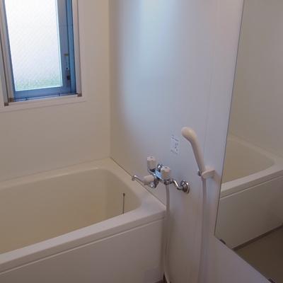 お風呂の窓はバルコニー側です。※写真は別のお部屋です