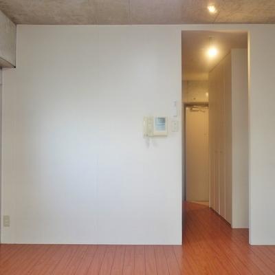 2面採光確保された室内。