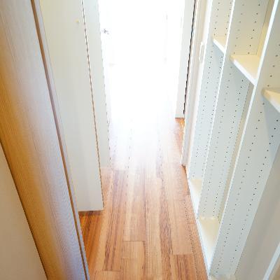 廊下にも収納がたくさん!