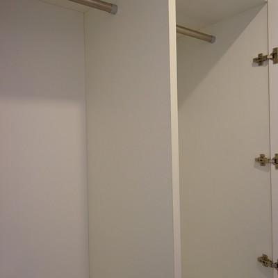 廊下には大きめの収納が!※写真は203号室