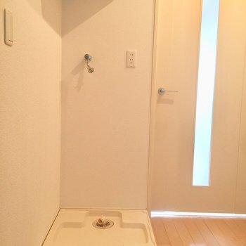 玄関に洗濯機置場があります。