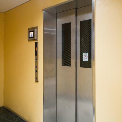 エレベーターはモニター付き