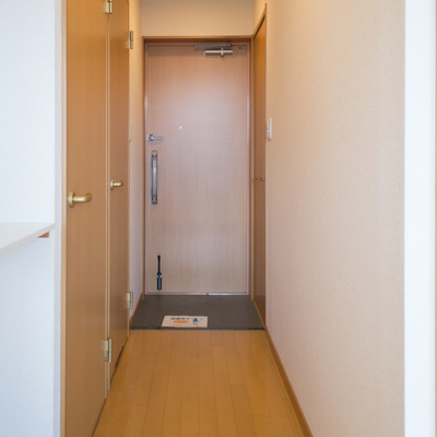 廊下をまっすぐいけば鍵が2ヶ所ある玄関