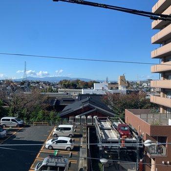 横の窓からは青空が見えます。