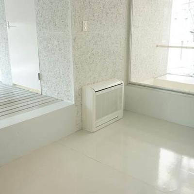 奥の4.4帖の洋室にはベッドを置いて。※写真は別部屋
