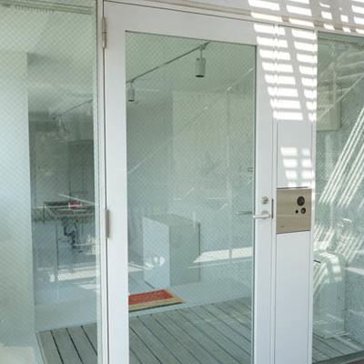 玄関もガラスでオープンです。※写真は別部屋