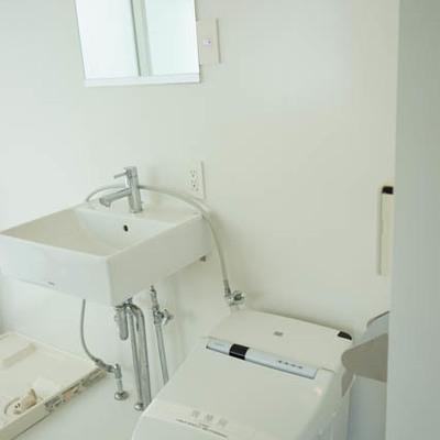 洗面台、トイレも潔い。※写真は別部屋