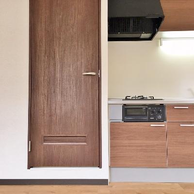 キッチン横のこの扉の奥に水回りがまとまっています。