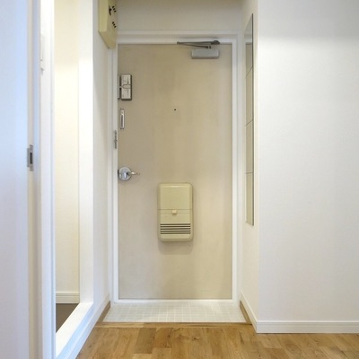玄関も白タイルですっきり!
