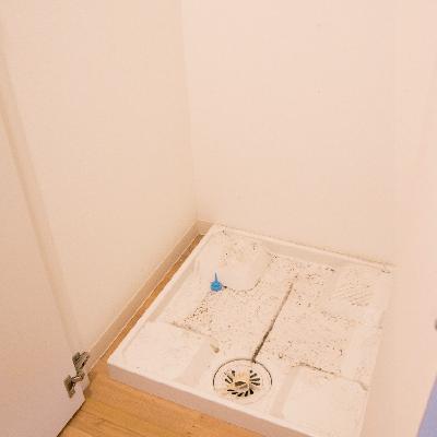 洗濯機は廊下の扉に隠されて