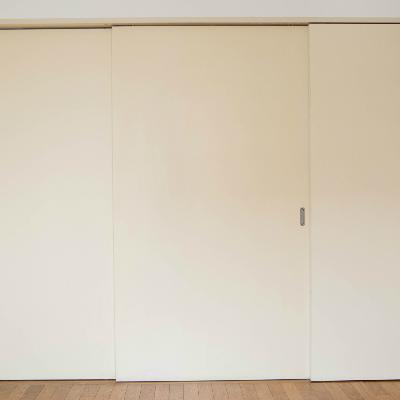 キッチンと玄関を隠す扉があります