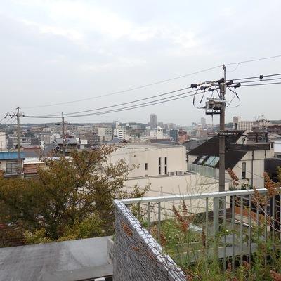 屋上からの眺め。かなり高台になっているのがわかります