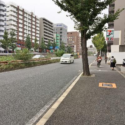 駅までは緩やかな坂道。