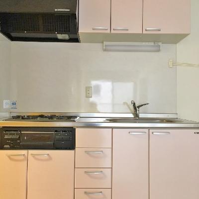 キッチン3口コンロに魚焼きグリルも付いています◎