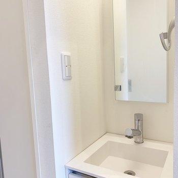 洗面台は廊下にコンパクトに。