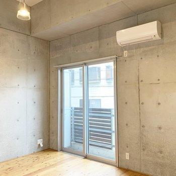 コンクリート打ちっ放しの壁面がかっこいい。