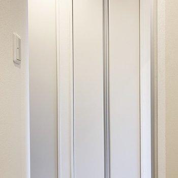 収納は廊下のこちら。左は給湯器。