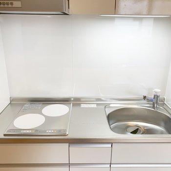 白いIHトップが清潔感のあるキッチン。