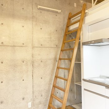 ラダーを使わない時は壁のバーに掛けてコンパクトに。