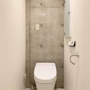 トイレはしっかり個室。タンクレストイレとコンクリートの壁が相性抜群。
