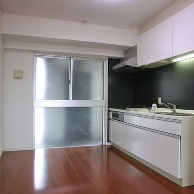 キッチンスペース。一面窓です