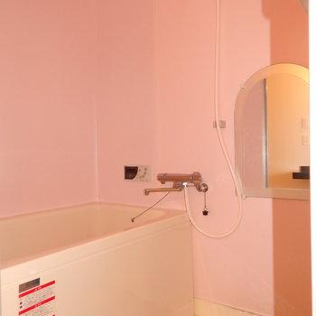 お風呂はピンクで優しいカラー