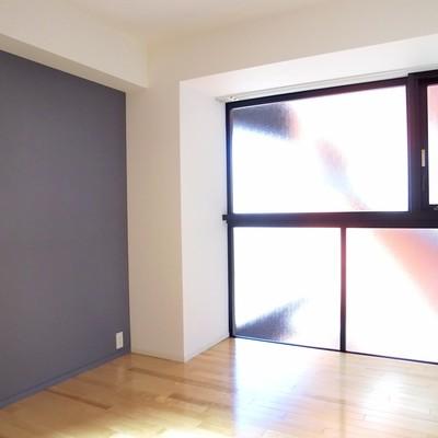 寝室にも一面の窓。