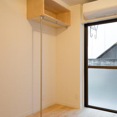 収納スペースは左側は壁なしのポール!