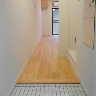 白タイルのかわいい玄関です!