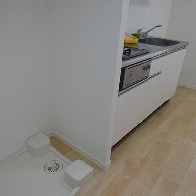 キッチンの横が洗濯機置き場です ※写真は別部屋