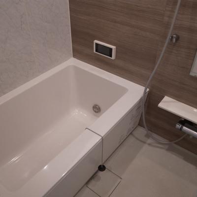 お風呂も広くて快適です。小さいですがTV付き。※写真は別部屋