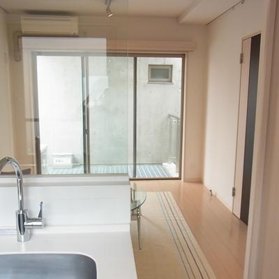 キッチン側からの眺め*写真は別部屋です