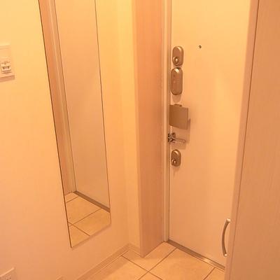 玄関脇にはシューズクローゼットがあります*写真は別部屋です