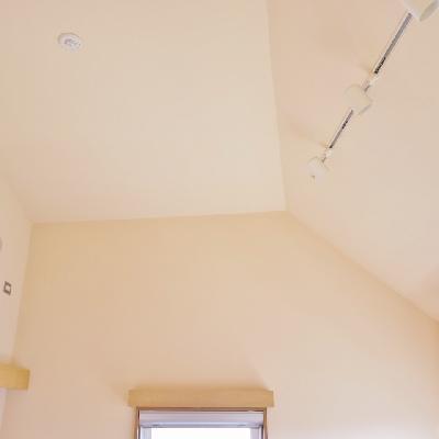 高めの天井に間接照明を装備!