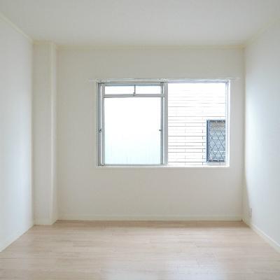 窓の外はマンションの外壁。