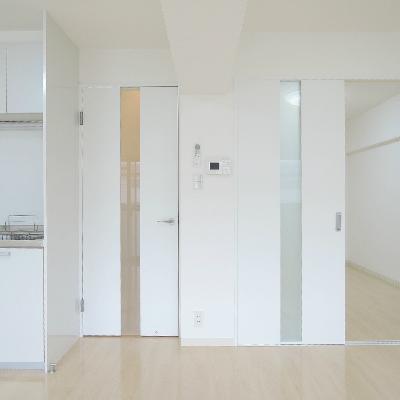 右の仕切り戸から、洋室に行けます。