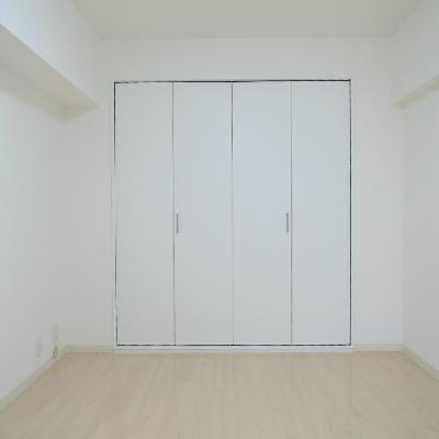 洋室には収納があります。
