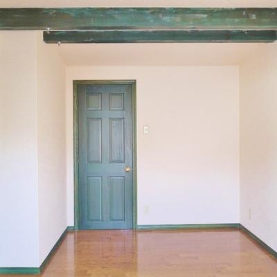 扉と天井の緑の木にキュン♪