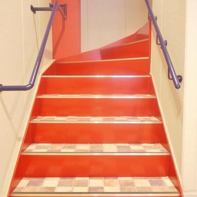 この階段を使ってください。
