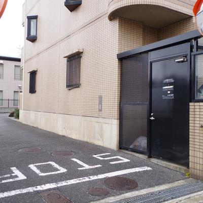 ゴミステーションと、駐輪・駐車場への入口