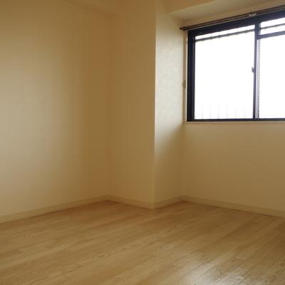 洋室も共用廊下に面しているので採光ばっちり