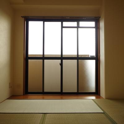 和室の掃き出し窓前には板の間が
