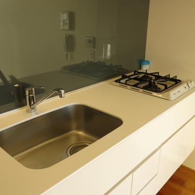 シンプルで使いやすそうなキッチン※写真は別室